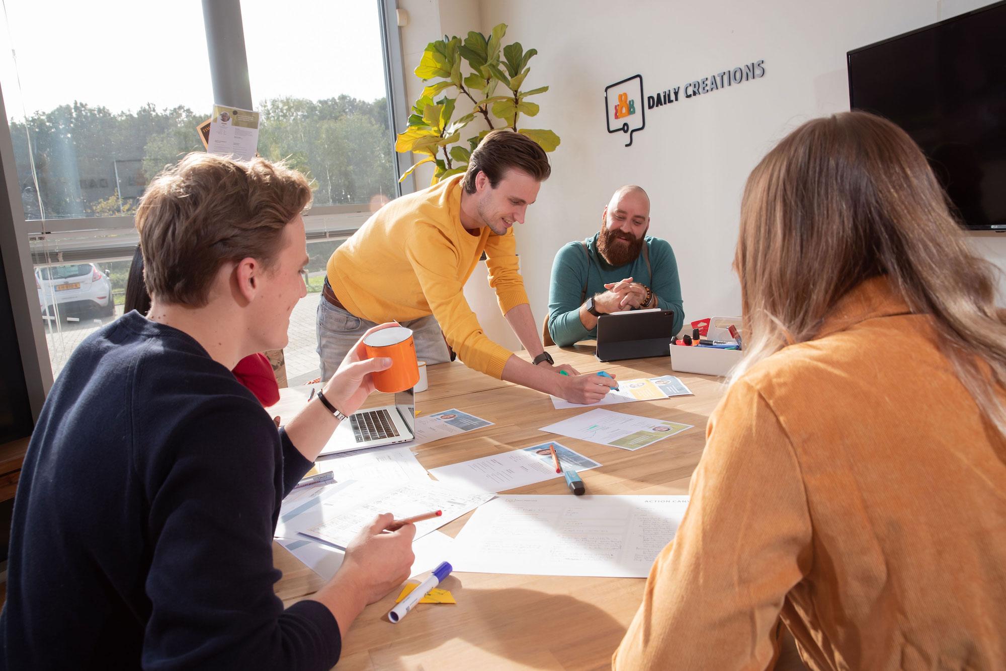 Creatieve sessie met collega's op kantoor